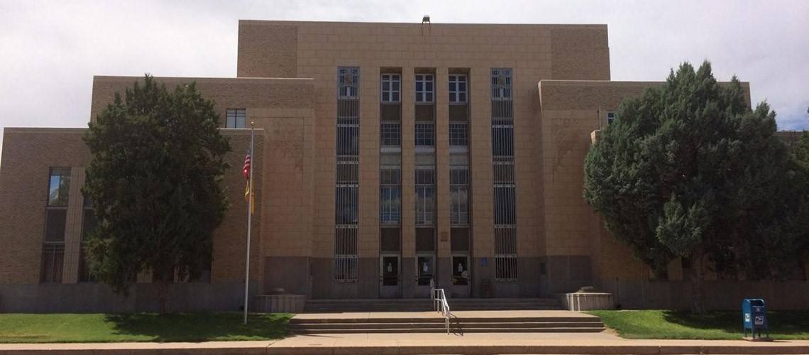 A picture of the front of the Quay County Courthouse